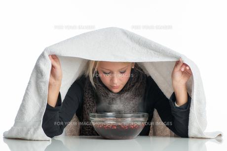 sick woman inhales through aufgu?schaleの素材 [FYI00683443]
