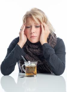 ill woman drinking teaの写真素材 [FYI00683449]