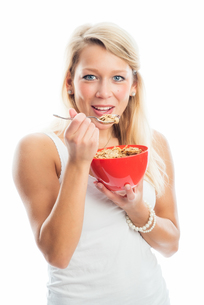 blond woman holding a bowl of breakfastの写真素材 [FYI00683457]