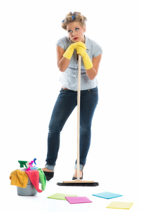 housewife with bucket and broomの写真素材 [FYI00683474]