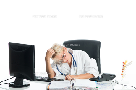 tired at deskの写真素材 [FYI00683496]