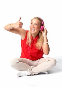 blonde woman with headphonesの写真素材 [FYI00683528]