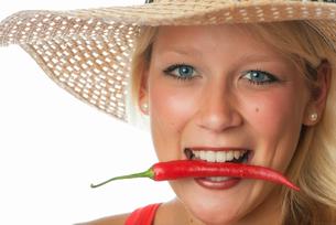 woman biting in chilliの写真素材 [FYI00683543]