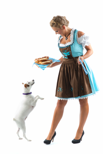 bavarian woman with pretzels and dogの写真素材 [FYI00683602]