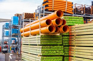 stacked different pipes for industry in a warehouseの写真素材 [FYI00683717]