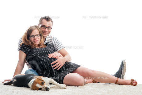 expectant parents with dogの写真素材 [FYI00684070]