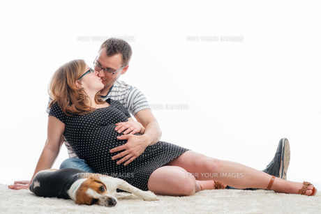 expectant parents with dogの写真素材 [FYI00684072]
