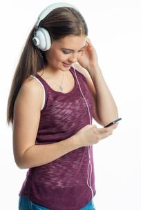 young girl with headphonesの写真素材 [FYI00684090]