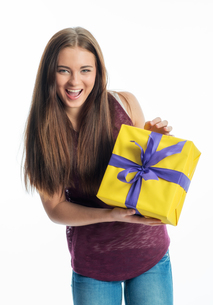 young girl with giftの写真素材 [FYI00684093]