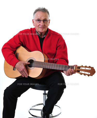 sprightly pensioner playing guitarの写真素材 [FYI00684104]