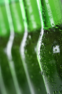beer bottles in a rowの写真素材 [FYI00684262]