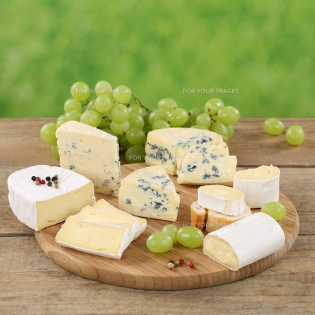 cheese platter with cheeses such as camembert,gorgonzola and brieの素材 [FYI00684263]