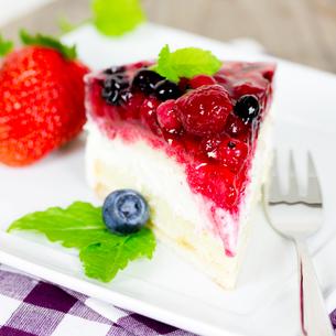 cream cake with berriesの写真素材 [FYI00684776]