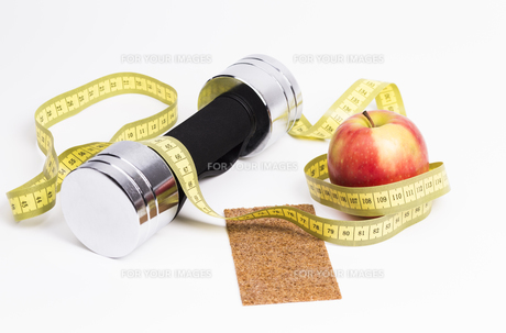 dumbbell apple tape measureの写真素材 [FYI00684791]
