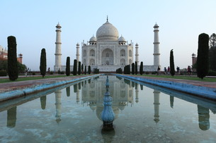 the taj mahal in agra indiaの写真素材 [FYI00685035]