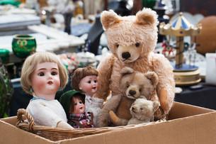 teddy bears and dolls at flea marketの写真素材 [FYI00685188]