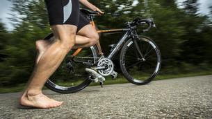 triathlete on bicycleの素材 [FYI00685365]