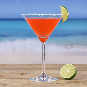 red cocktail martini drink on the beachの写真素材 [FYI00685405]