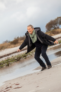 happy active senior woman retired senior outdoors at oceanの写真素材 [FYI00685527]