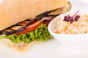 vegetarian vegetarian hamburger with eggplant tomato and lettuce in a ciabatta rollの写真素材 [FYI00685551]