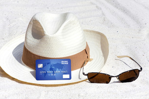 credit card lying on the beachの写真素材 [FYI00685645]