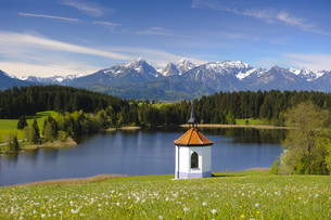 panoramic landscape in bavaria with mountain and chapelの写真素材 [FYI00685795]