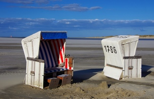 beach chairs with westerhever lighthouseの写真素材 [FYI00685929]