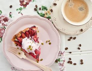 fresh plum cakeの写真素材 [FYI00686466]