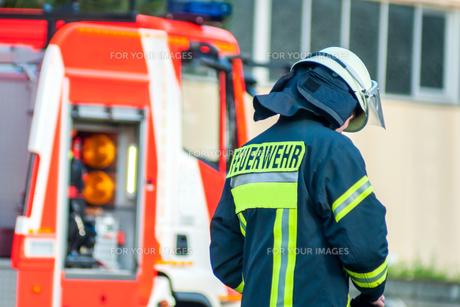 back of a fireman's helmet before his emergency vehicleの写真素材 [FYI00686707]