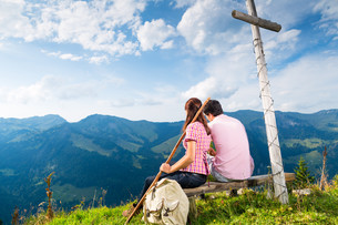 alps - couple snaps while hiking in the mountainsの写真素材 [FYI00686828]