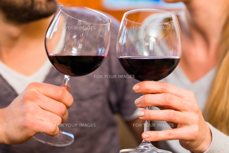couple drinking wine at homeの写真素材 [FYI00686870]