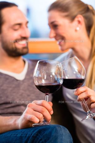 couple drinking wine at homeの写真素材 [FYI00686872]