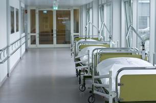 hospital corridor with bedsの写真素材 [FYI00686983]