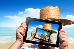 tablet pc with a holiday greeting as a photoの写真素材 [FYI00686997]
