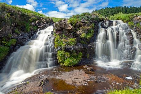 two small waterfalls on the isle of skyeの写真素材 [FYI00687226]