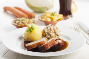 bavarian roast pork and wheat beerの写真素材 [FYI00687419]