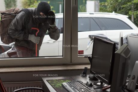 breaking into an officeの写真素材 [FYI00687711]