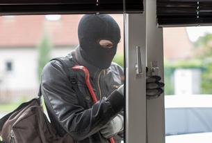 burglar with crowbarの写真素材 [FYI00687712]