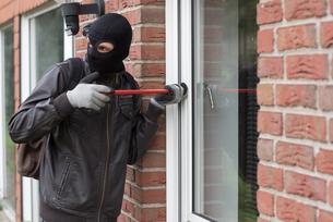 burglar with crowbarの写真素材 [FYI00687715]