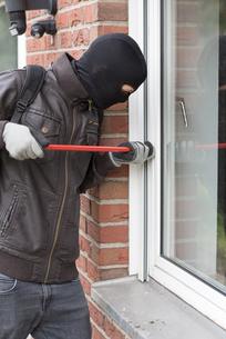 burglar with crowbarの写真素材 [FYI00687719]