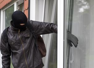 burglar with crowbarの写真素材 [FYI00687722]