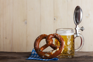 bavarian beer and a pretzel on woodの写真素材 [FYI00687777]