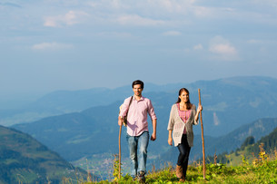 alps - couple while out hiking in the mountainsの写真素材 [FYI00687806]