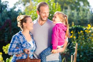 family in gardenの写真素材 [FYI00687808]
