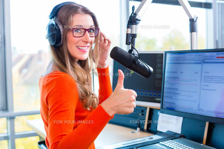 radio presenter in radio stations on airの写真素材 [FYI00687813]