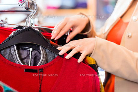 woman while shopping in the storeの素材 [FYI00687826]