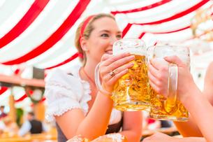 friends drinking beer at oktoberfestの写真素材 [FYI00687852]