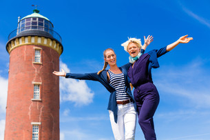 girlfriends standing at the lighthouseの写真素材 [FYI00687857]