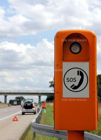 vehicle breakdown and emergency telephone on the highwayの写真素材 [FYI00687911]