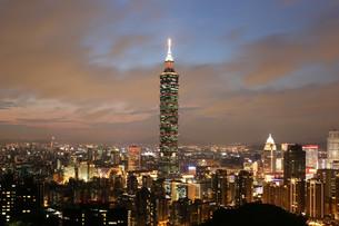 taipei taiwan panorama evening with taipei 101の写真素材 [FYI00688184]